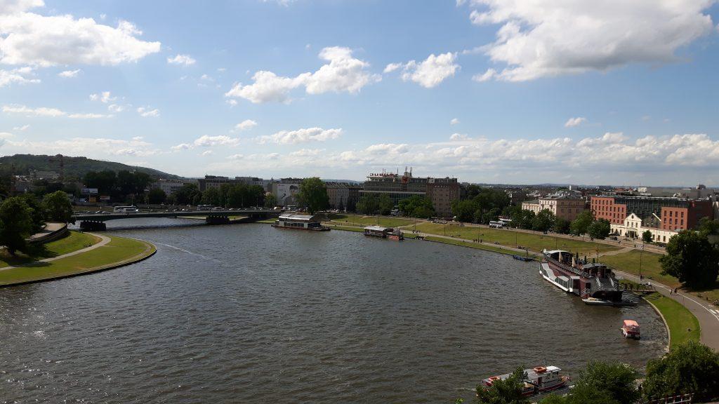 Veiksel joen ranta Wawelin linnasta kuvattuna. Veiksel joen ranta Wawelin linnasta kuvattuna. Isompi laiva oikealla oli lounas paikkamme.