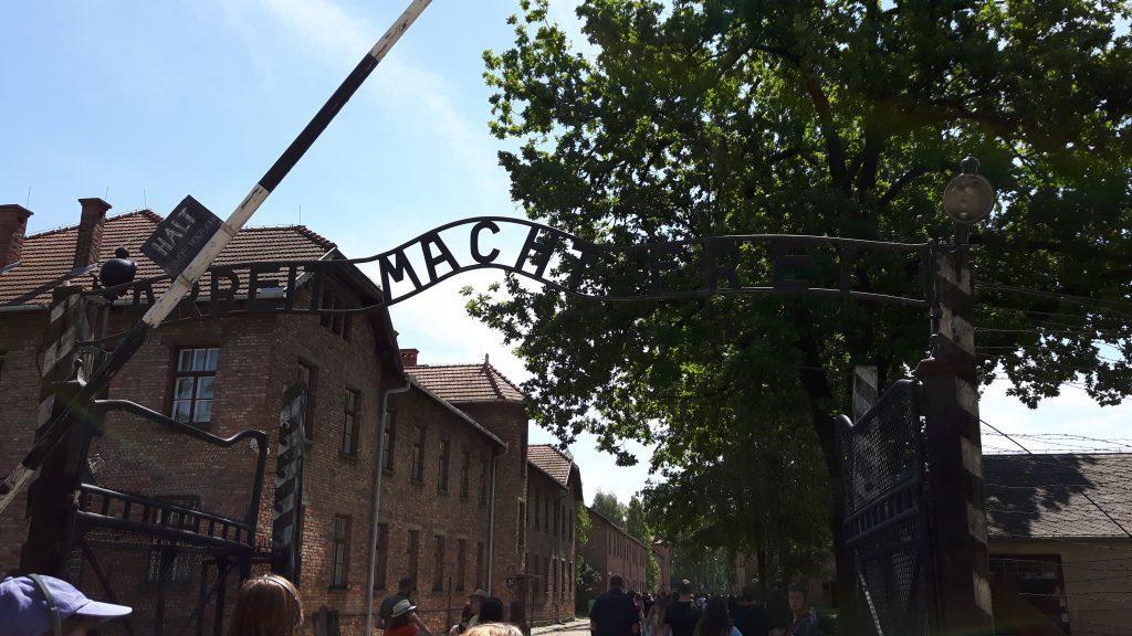 """Auschwitz I portti, jossa teksti """"työ tuo vapauden"""""""
