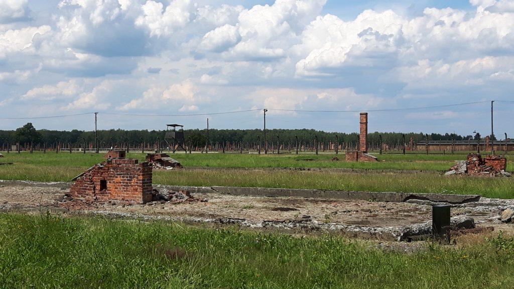 Auschwitz II – Auschwitz-Birkenau. Leiri pommitettiin toisessa maailman sodassa, joten jäljellä on lähinnä rauniot