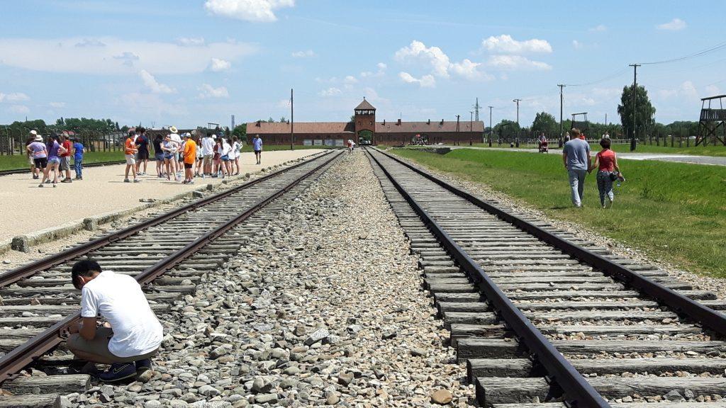 Auschwitz II – Auschwitz-Birkenau. Tuhoamisleirin sisäänkäynti. Junaraiteet kulkivat portista leiriin.