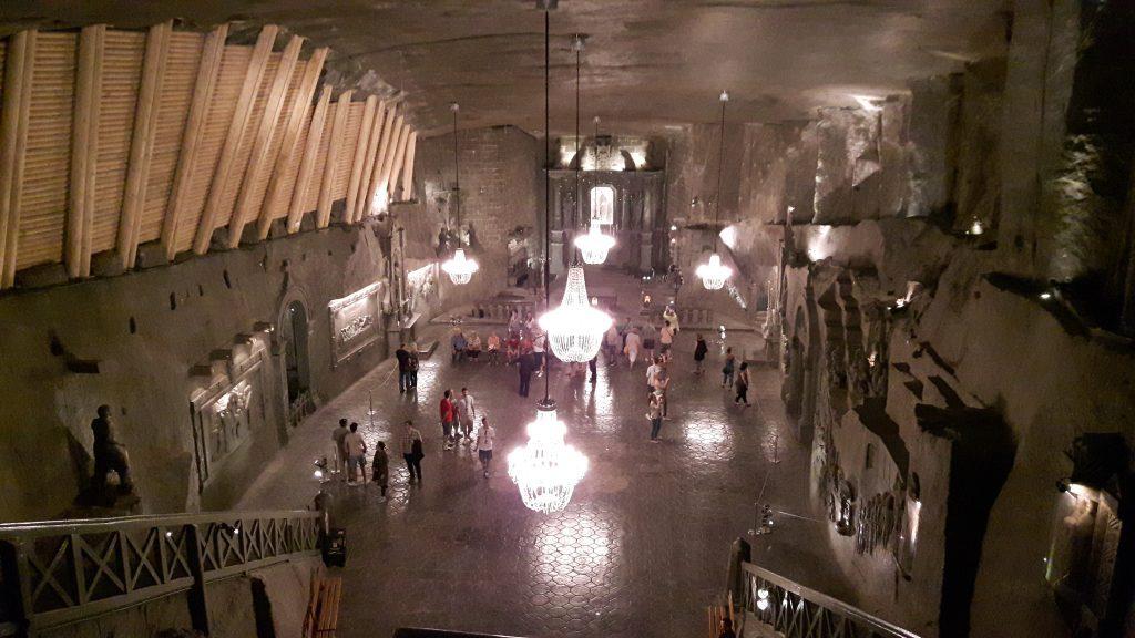 Wieliczkan suolakaivoksen suurin sali, jonka seinät, lattia, katto ja koristeet ovat suolaa.